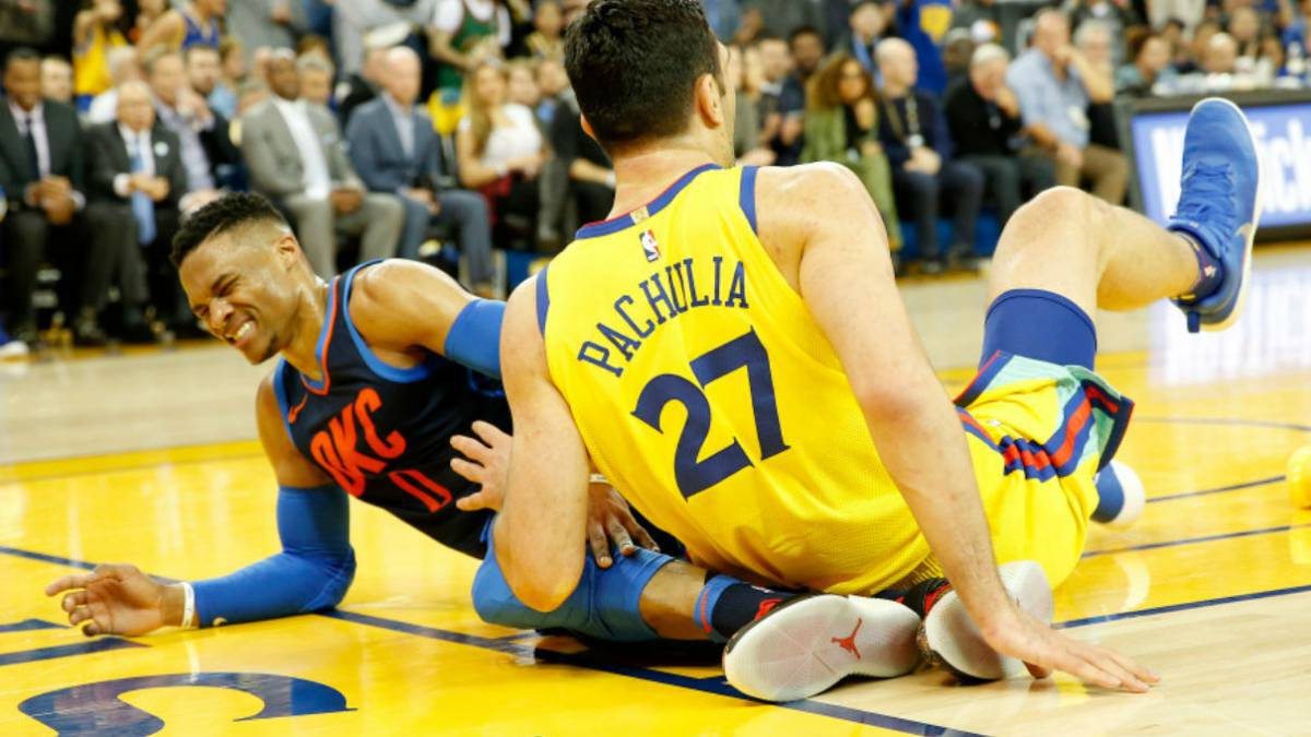 La NBA no sancionará a Pachulia por su acción con Westbrook