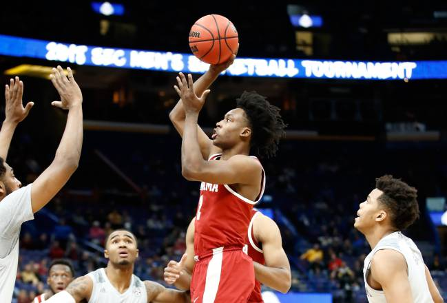 Collin Sexton lanza ante Texas A&M Aggies.