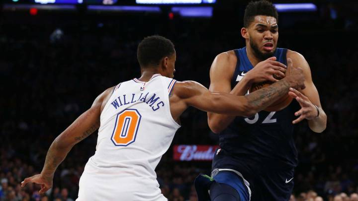 Karl-Anthony Towns ante Troy Williams durante el New York Knicks-Minnesota Timberwolves.