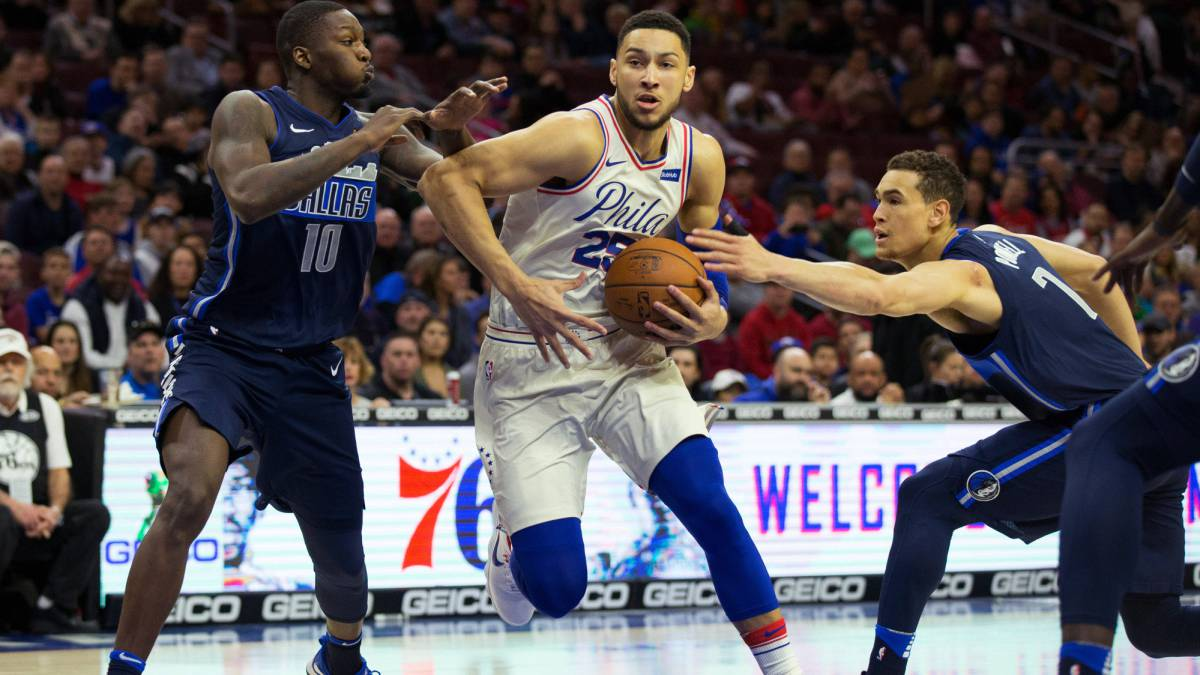 Ben Simmons penetra ante Dorian Finney-Smith y Dwight Powell durante el Philadelphia 76ers-Dallas Mavericks.