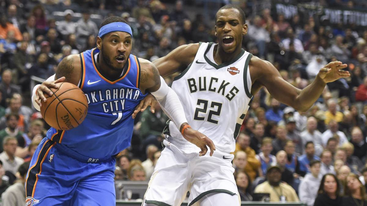 Carmelo Anthony sobrepasa a Khris Middleton.