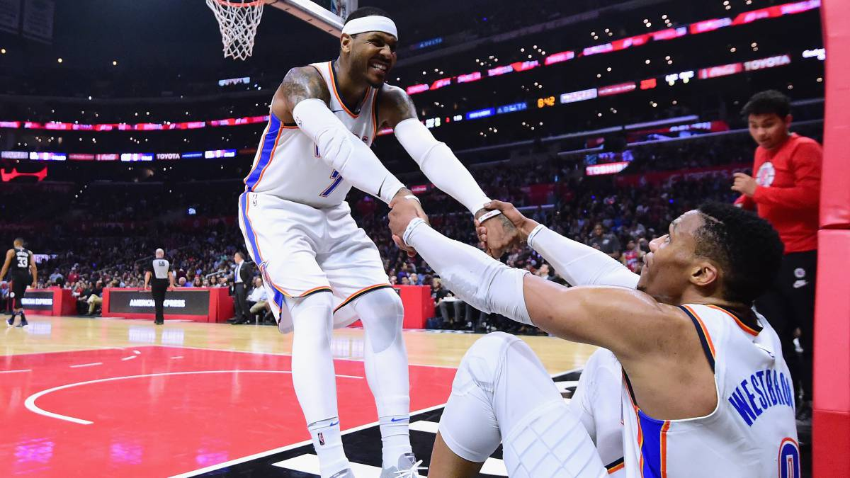 Carmelo Anthony levanta a Russell Westbrook.