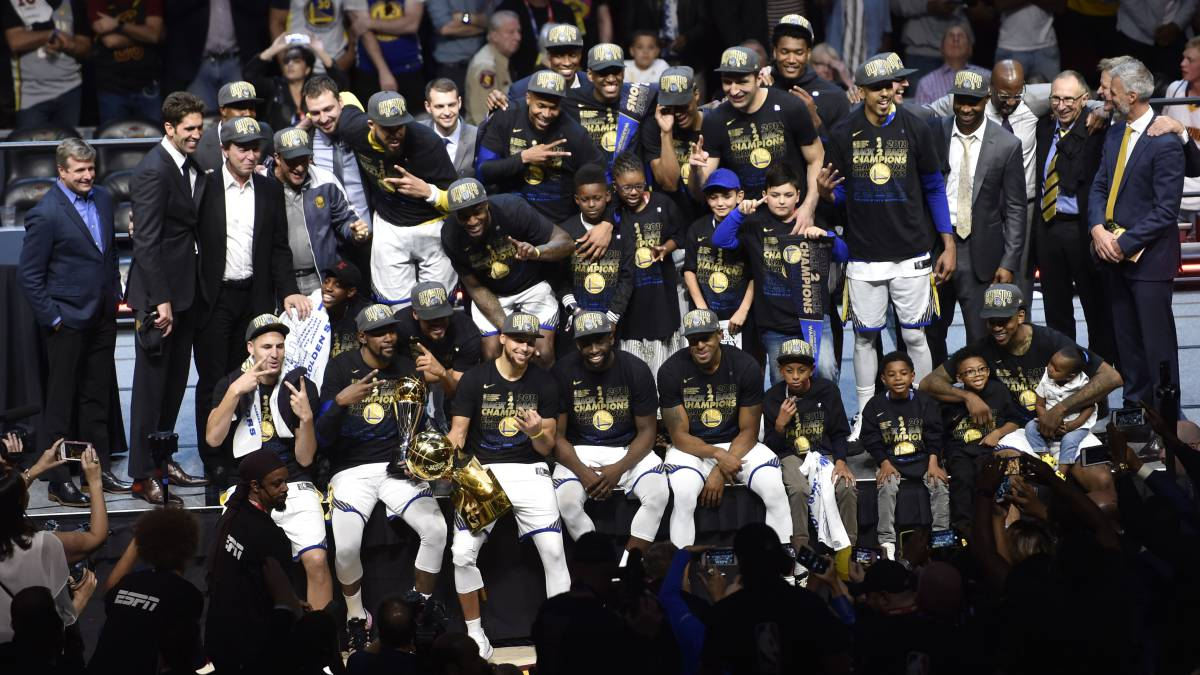 Los Golden State Warriors celebran el título de la NBA de la temporada 2017-18.