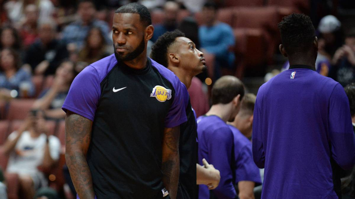 LeBron James, con el chándal de los Lakers.