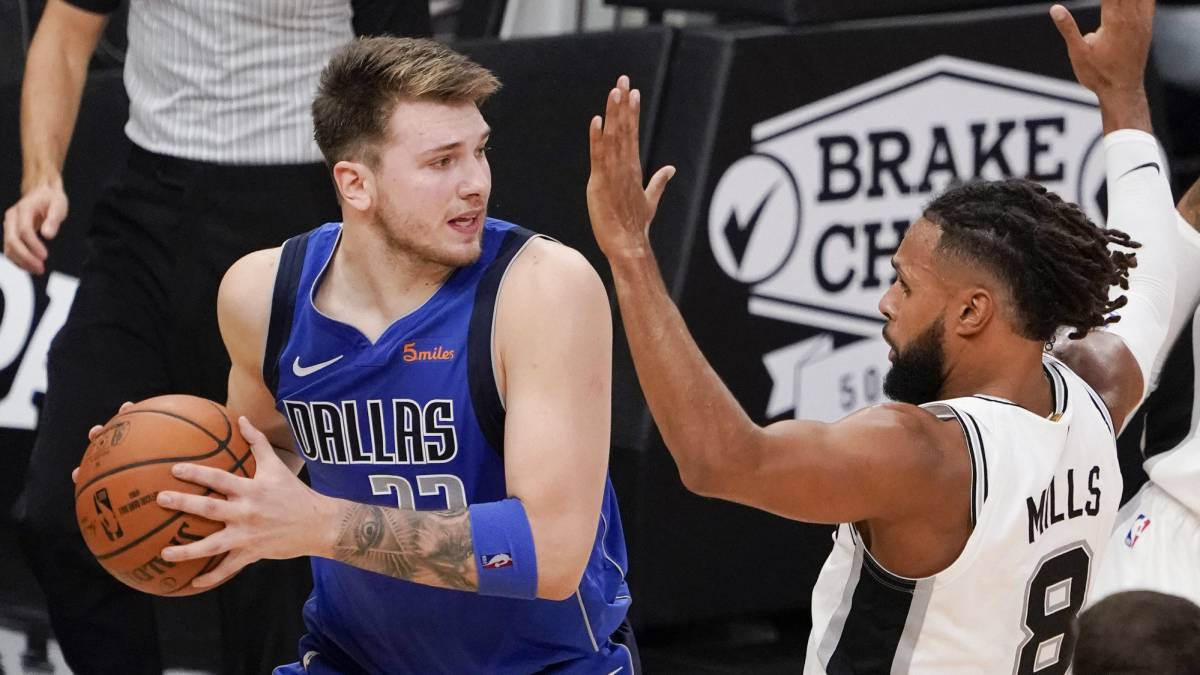 Luka Doncic, ante Patty Mills durante el partido entre San Antonio Spurs y Dallas Mavericks.