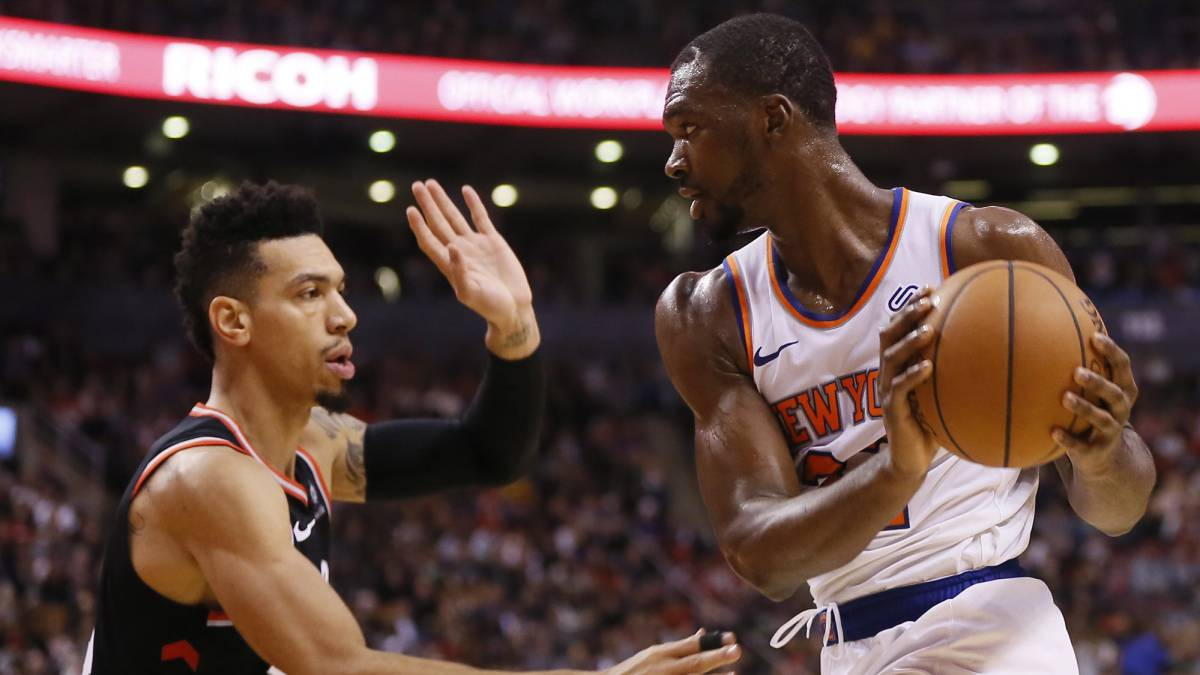 Noah Vonleh (New York Knicks) trata de superar a Danny Green (Toronto Raptors),