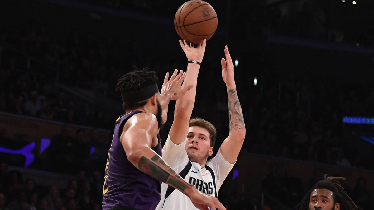 Luka Doncic lanza ante JaVale McGee.
