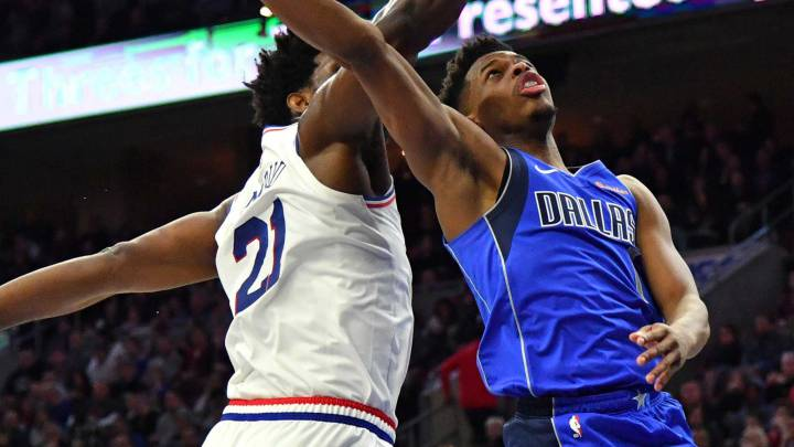 Dennis Smith Jr. lanza sobre la defensa Joel Embiid.
