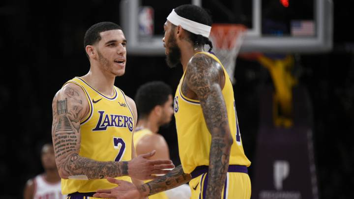 Lonzo Ball se saluda con Brandon Ingram durante el partido entre Los Angeles Lakers y los Chicago Bulls.