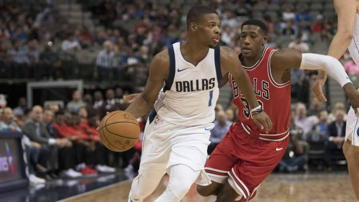Dennis Smith Jr se escapa de la defensa de Kris Dunn, durante un partido entre Dallas Mavericks y Chicago Bulls.