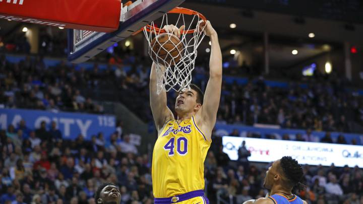Ivica Zubac anota durante el partido entre Oklahoma City Thunder y Los Angeles Lakers.