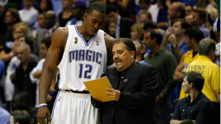 Stan Van Gundy da instrucciones a Dwight Howard durante un partido de los Orlando Magic de la NBA durante la temporada 2008-09
