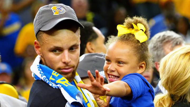 Stephen Curry, jugador de los Golden State Warriors de la NBA, junto con su hija Riley