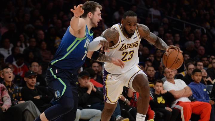 LeBron bota el balón ante la defensa de Doncic durante un Lakers-Mavs del pasado mes de diciembre.