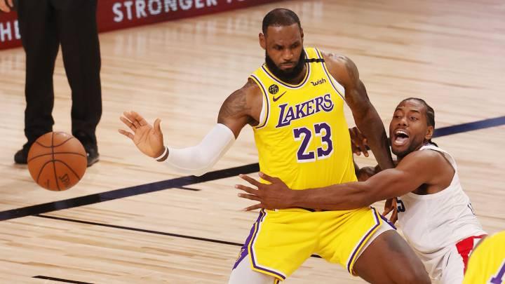 LeBron James y Kawhi Leonard, durante el partido de la NBA que ha enfrentado a Los Ángeles Lakers y Los Ángeles Clippers