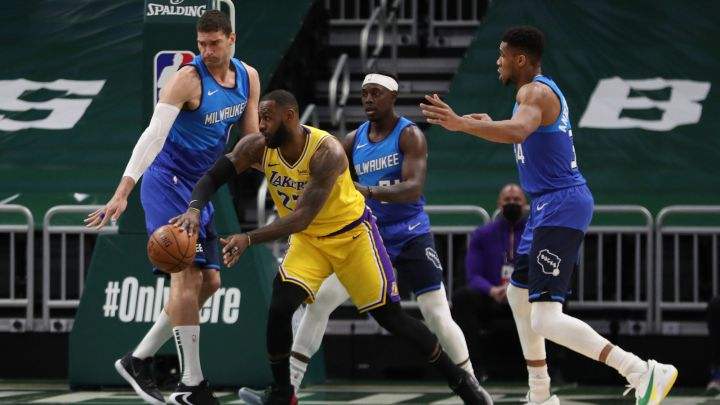 LeBron James realiza un pase ante Brook Lopez, Jrue Holiday y Giannis Antetokounmpo durante el Milwaukee Bucks-Los Angeles Lakers.