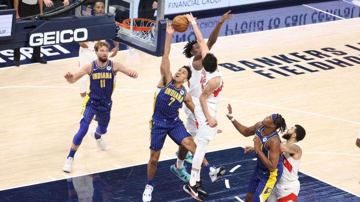 Malcolm Brogdon recibe un tapón durante el Indiana Pacers-Toronto Raptors.