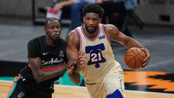 El pívot fue decisivo en la prórroga ante unos necesitados Spurs. Los Celtics, en caída libre, caen ante Portland. Heat, Knicks y Suns ganan.