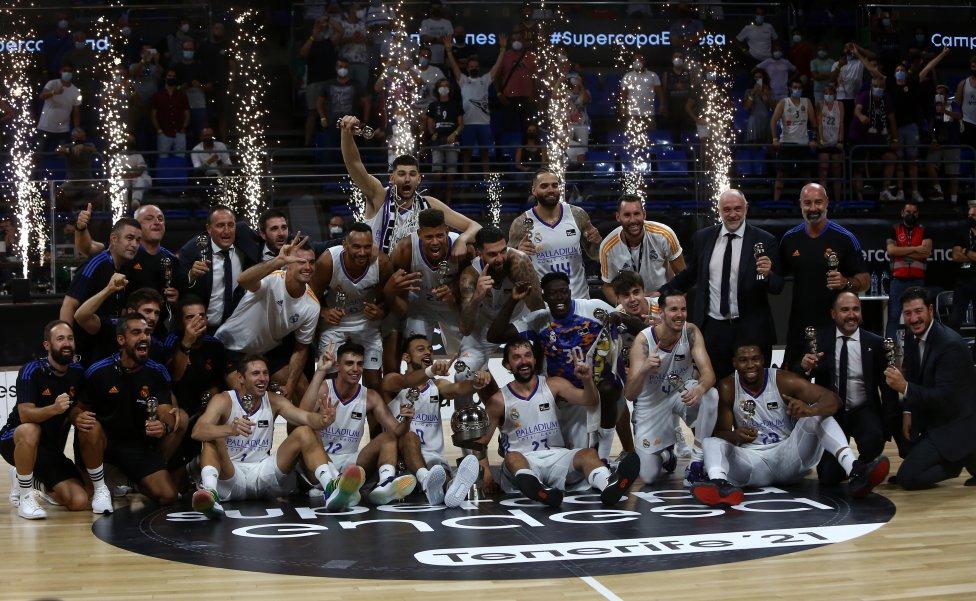Los jugadores del Real Madrid celebrando su victoria en la final de la Supercopa