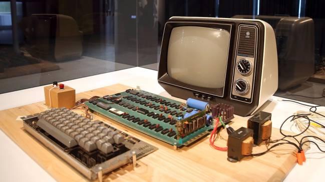 3432c571c10 Una unidad Apple-I original: placa base, teclado ASCII, monitor de vídeo