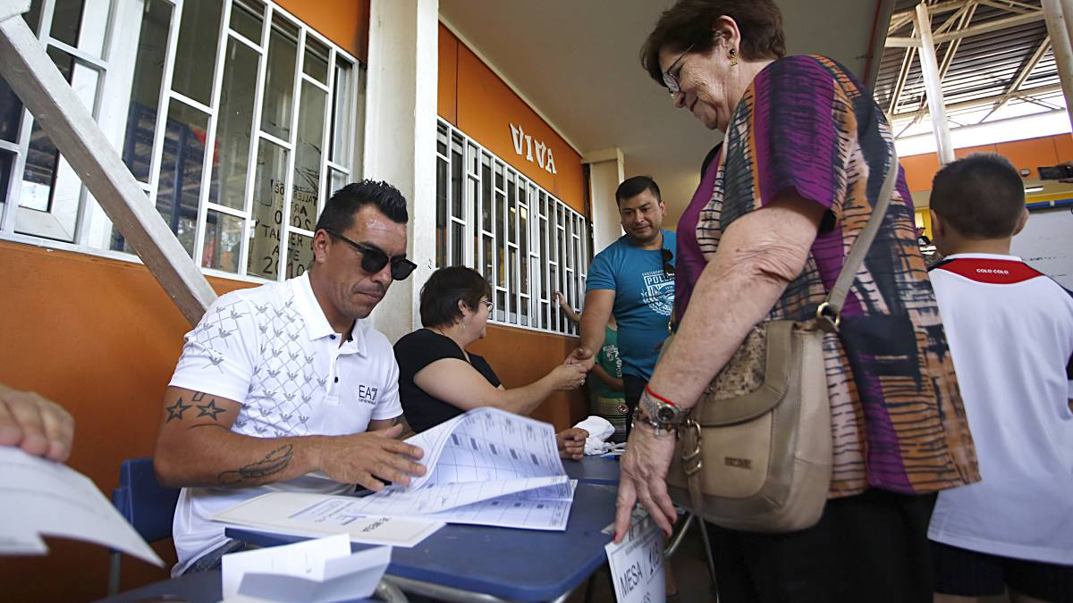 Paredes revoluciona local de votación como vocal de mesa