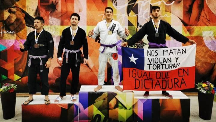 """L'histoire derrière la chilienne qui a grimpé sur le podium avec un drapeau: """"Ils nous tuent"""""""