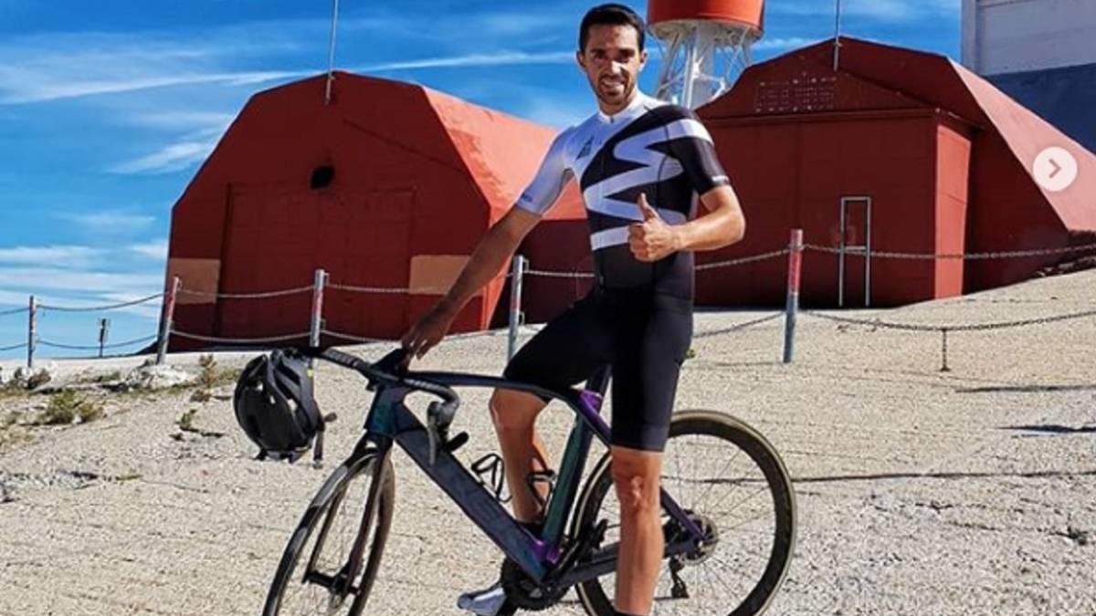 Alberto Contador posa tras coronar la cima de la Bola del Mundo.