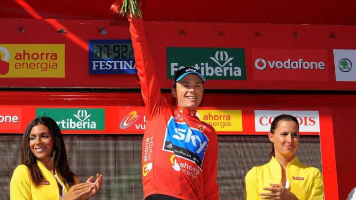 Chris Froome posa con el jersey rojo de líder durante la Vuelta a España 2011.