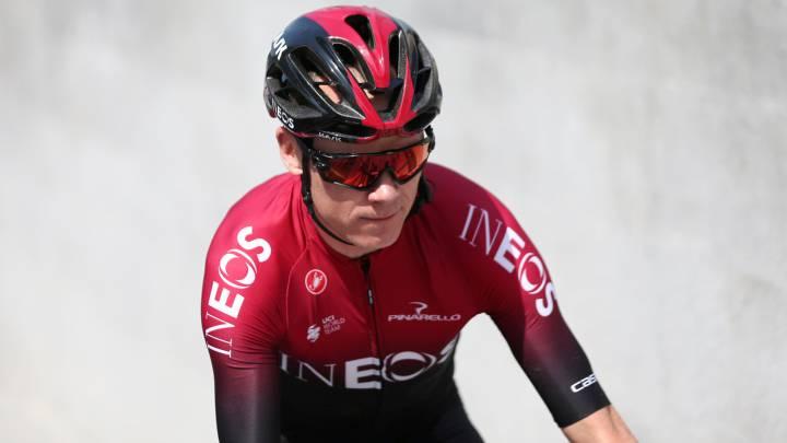 Chris Froome rueda durante el UAE Tour 2020.