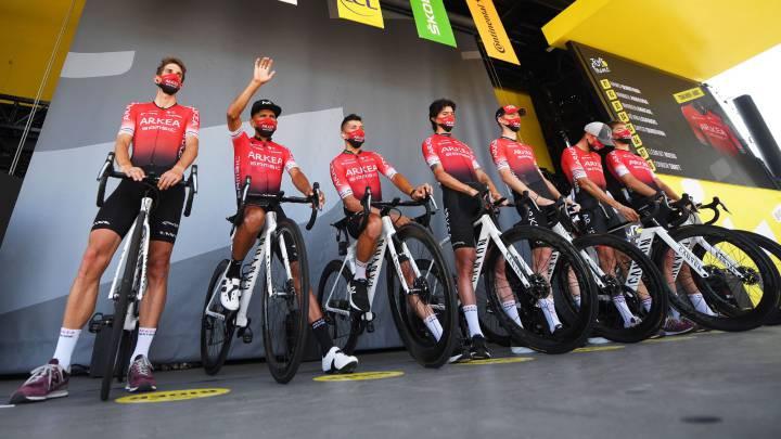 Los corredores del Arkéa-Samsic, en el podio antes de la salida de la 18ª etapa del Tour de Francia entre Bourge-en-Bresse y Champagnole.