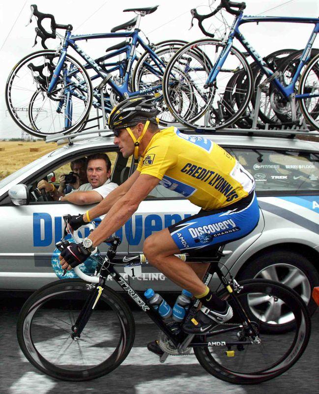 Johan Bruyneel charla con Lance Armstrong durante el Tour de Francia de 2005.