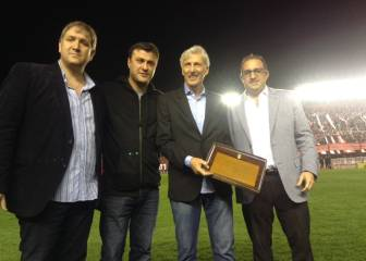 Pékerman recibe homenaje en estadio de Argentinos Juniors