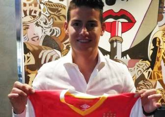 James recibe la camiseta de Santa Fe