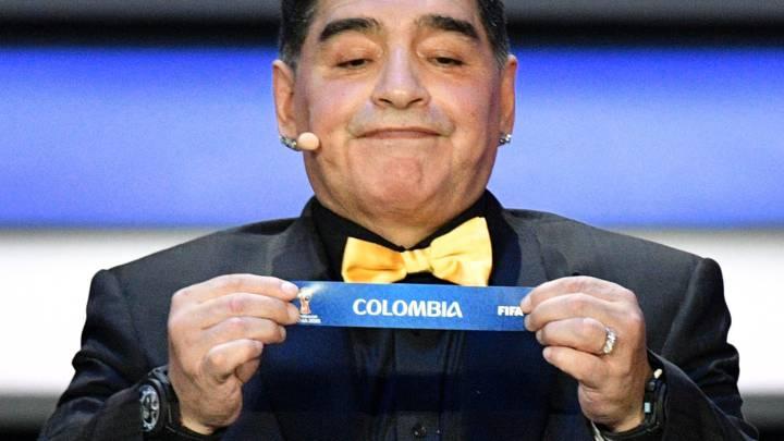 Diego Maradona saca la balota de Colombia en el sorteo para el Mundial de Rusia 2018.