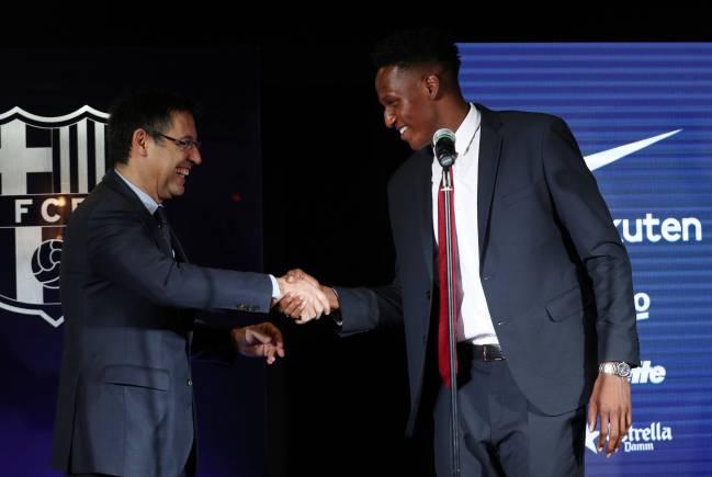 Yerry Mina se da la mano con el presidente del Barcelona en su presentación oficial