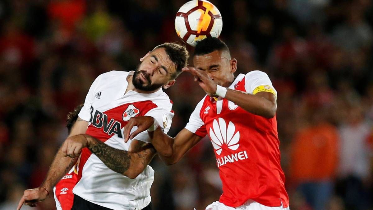 Lucas Pratto y William Tesillo en el Santa Fe 0-1 River Plate