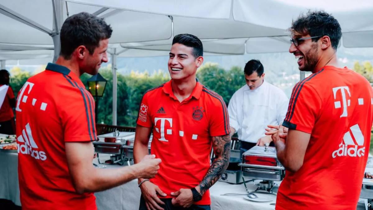 James Rodríguez en compañía de Thomas Müller y Javi Martínez