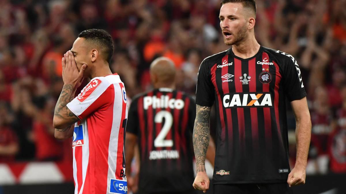 Jarlan Barrera falla un penal ante Paranaense
