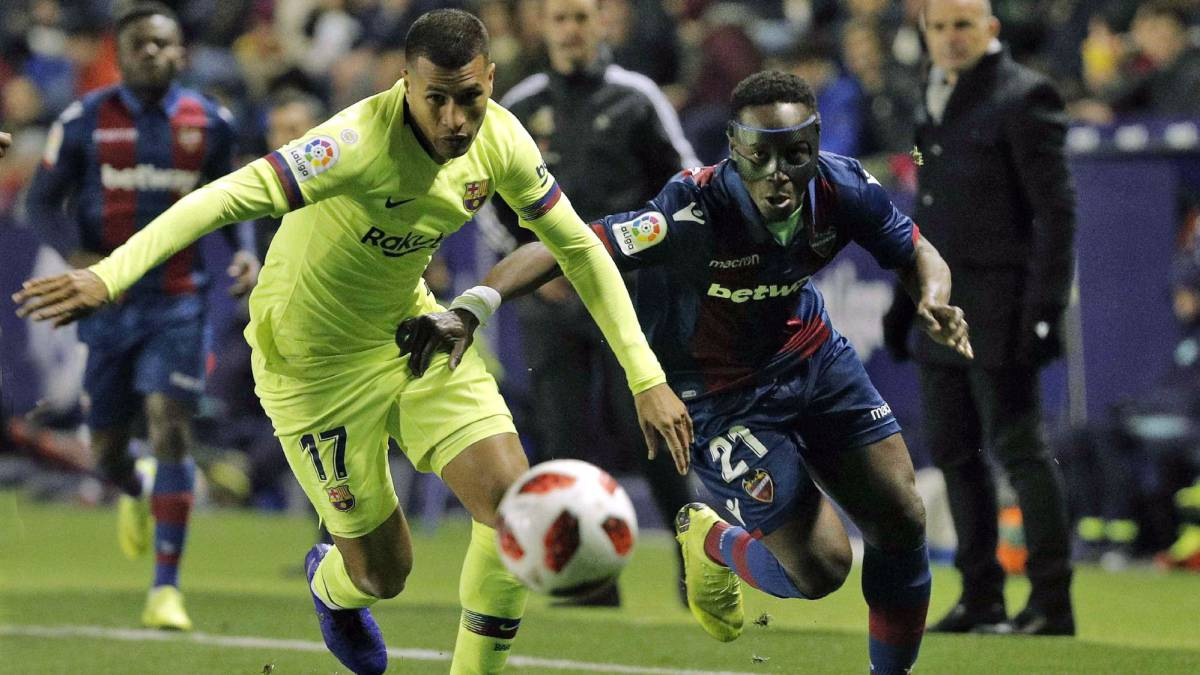 Jeison Murillo y Boateng disputan un balón en el Levante vs Barcelona