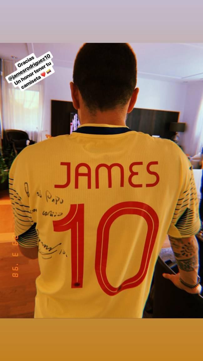 James Rodríguez le regaló la camiseta de la Selección Colombia al argentino Papu Gómez.