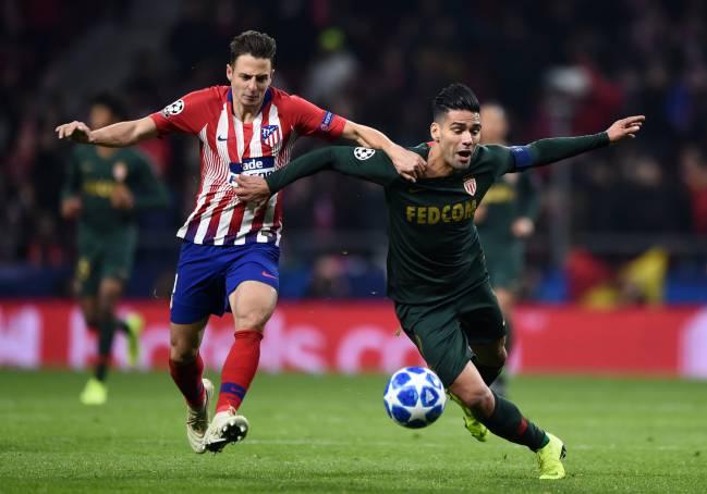 Santiago Arias, lateral del Atlético de Madrid, disputa un balón con Falcao García