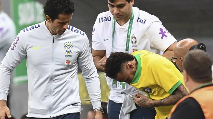 Neymar se va lesionado en el partido de Brasil ante Qatar en Brasilia.