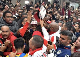 Dani Alves given hero's welcome by São Paulo fans