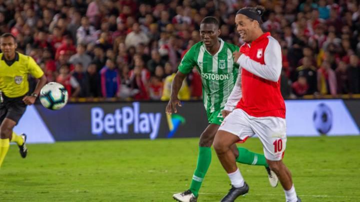 Ronaldinho en el juego entre Santa Fe y Nacional en El Campín.