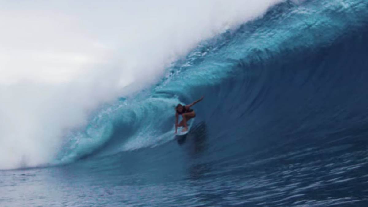 surfista laura enever surf tubo