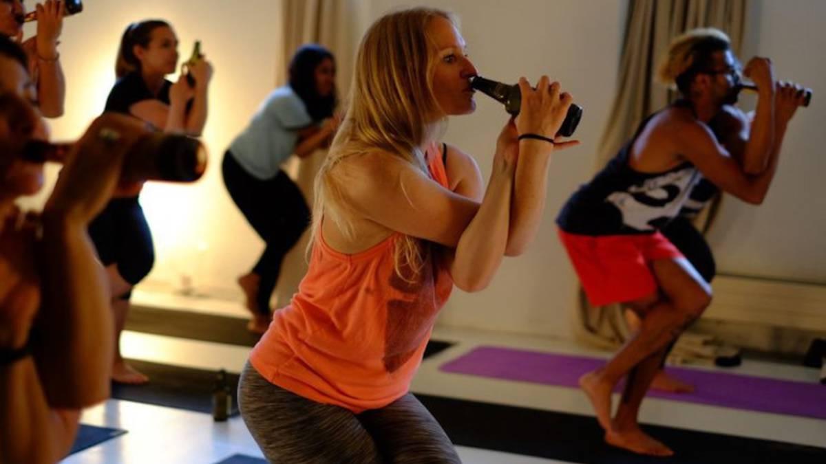La evolución de las clases de yoga: con vino y cerveza