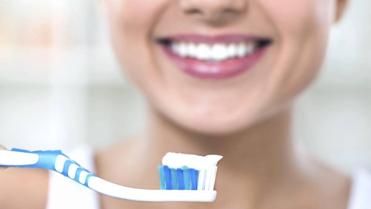 La importancia de lavarse la boca y la lengua para evitar ...