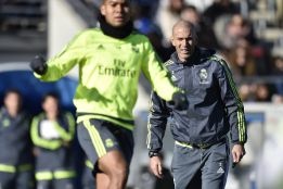 Zidane oversees training with 6.000 fans present