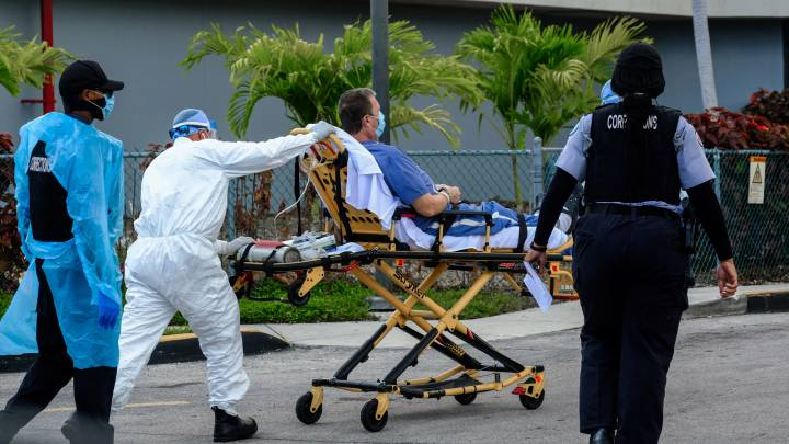Un paciente con coronavirus es trasladado al hospital North Shore Medical Center en Miami, Florida.