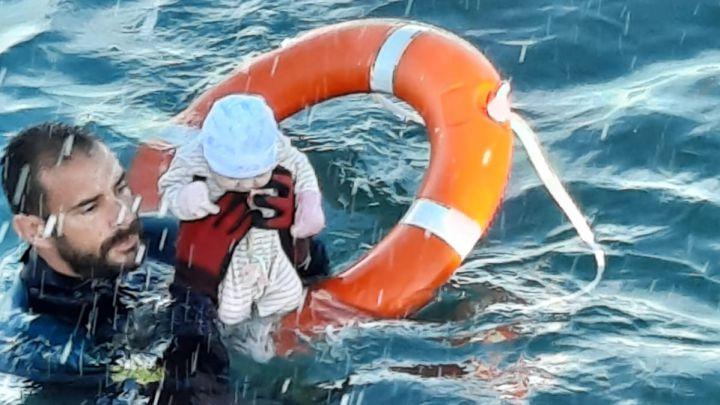 Soldado soccorre a bebé en Ceuta